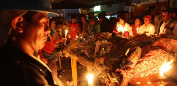 Mineiros e familiares peruanos velam corpos de colegas mortos em confronto com a polícia durante protesto contra as medidas do governo que visam impor controle ambiental para a extração de ouro