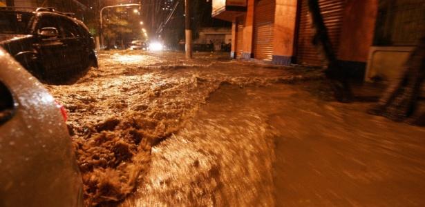 No bairro do Rio Comprido as águas tomaram as ruas na noite de ontem (5) e vários motoristas tiveram que abandonar seus carros para não serem arrastados pela correnteza