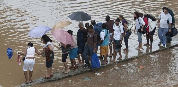 Pessoas ficam ilhadas na praça da Bandeira, no centro do Rio, uma das regiões afetadas