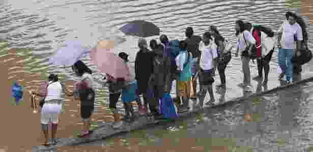 Pessoas ficaram ilhadas na praça da Bandeira, no centro do Rio de Janeiro, uma das regiões mais afetadas na forte chuva do último dia 6; veja mais imagens da tragédia - Rafael Andrade/Folha Imagem