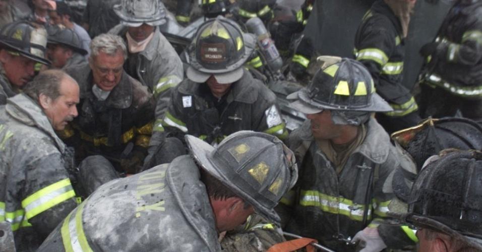Ataque terrorista nos EUA: bombeiros resgatam homem dos escombros do World Trade Center, em Nova York