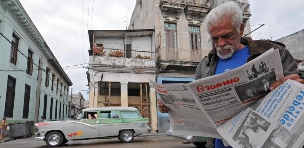 Cubano lê jornal Granma em Havana; o intercâmbio epistolar entre cantor e compositor Silvio Rodríguez e o exilado Carlos Alberto Montaner começou no dia 30 de março