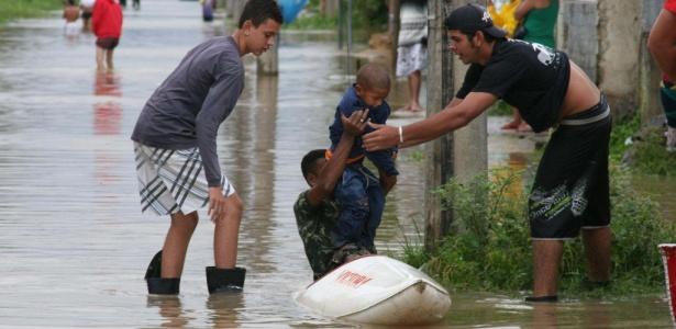 Homem tenta salvar o filho das águas da enchente no Rio; veja mais fotos no álbum
