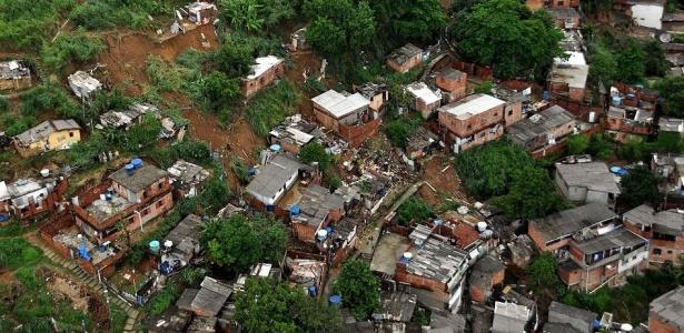 Vista aérea do morro do Borel, no Rio de Janeiro, mostra casas afetadas pelos deslizamentos de terra causados pela chuva incessante; veja mais imagens da chuva