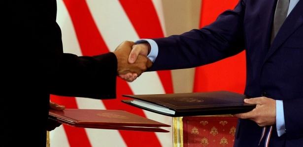 Barack Obama, presidente dos EUA (à esquerda), e Dmitri Medvedev, presidente da Rússia, se cumprimentam após a assinatura de acordo de redução de armas nucleares, em Praga