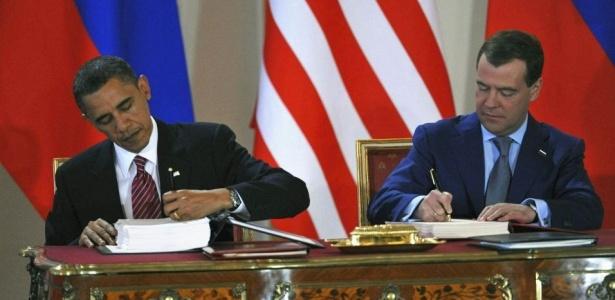 Barack Obama, presidente dos EUA, e Dmitri Medvedev, presidente da Rússia, assinam o que é considerado o maior acordo de redução de armas nucleares em 20 anos