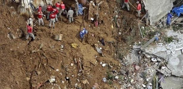 Bombeiros trabalham no local do deslizamento no morro do Bumba, em Niterói