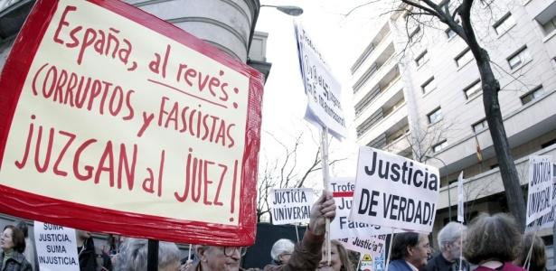 Manifestantes se concentram em frente à Audiência Nacional para apoiar Garzón, em Madri