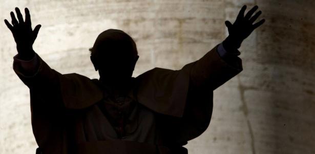 O papa Bento 16 acena para fiéis na Praça de São Pedro, no Vaticano