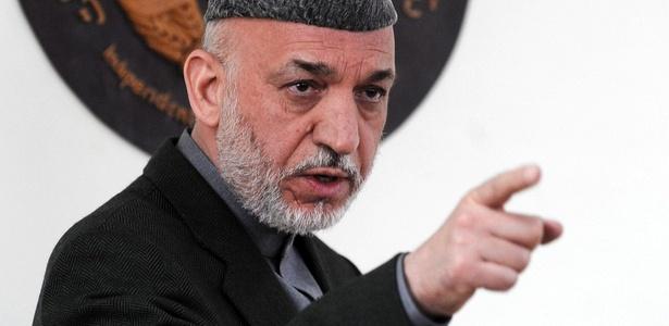 O presidente afegão, Hamid Karzai, discursa na Comissão Eleitoral Independente, em Cabul