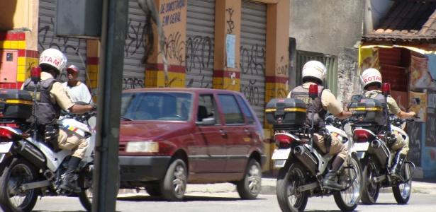 Policiais fazem ronda em rua do bairro Estrela Dalva, em Contagem, região metropolitana de BH
