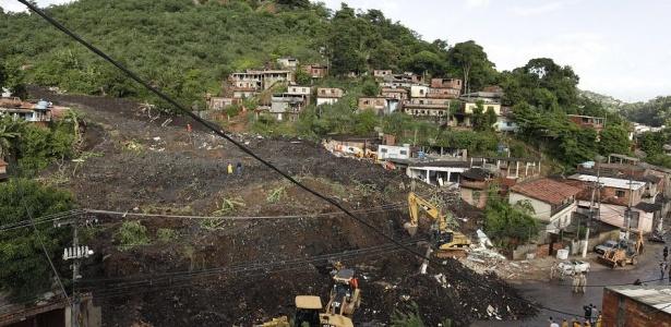 Retroescavadeiras são utilizadas para remover escombros no morro do Bumba, em Niterói (RJ)
