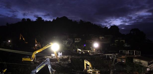 Trabalho noturno de resgate no morro do Bumba, em Niterói (RJ)