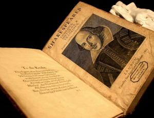 Exemplar da primeira edição completa do First Folio de William Shakespeare, estudo desmonta teorias que negam existência do autor
