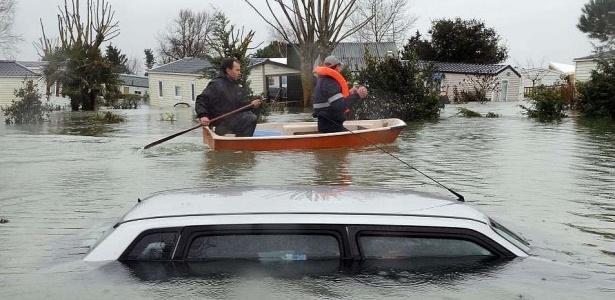 Moradores usam um barco a remo para tentar sair de um acampamento inundado em Aytre, oeste da França. Na época da enchente, em março de 2010, o país europeu declarou estado de catástrofe natural em virtude da invasão das águas. A cidade de La Faute-sur-Mer, uma das mais atingidas pela catástrofe, agora tenta se reerguer