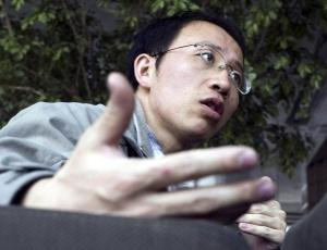 O ativista chinês Hu Jia é o mais famoso dissidente do país e concede entrevista em café de Pequim, China, antes de ser preso há mais de dois anos, sob acusação de incitamento à subversão
