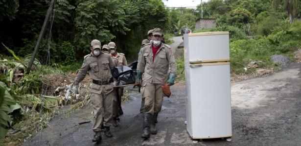 Bombeiros resgatam corpo em Morro do Bumba, Niterói. Veja outras fotos da tragédia no RJ