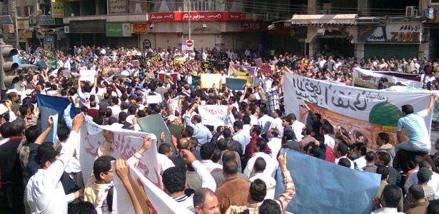Egípcios simpatizantes do grupo Irmãos Muçulmanos protestam contra Israel nas ruas do Cairo