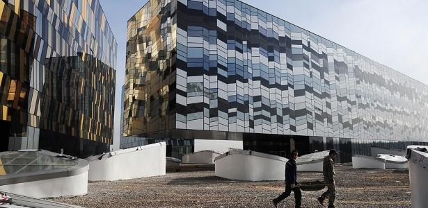 Homens trabalham na construção da escola de administração e negócios de Skolkovo; a Rússia está investindo na construir de uma cidade científica nos moldes do Vale do Silício nos EUA