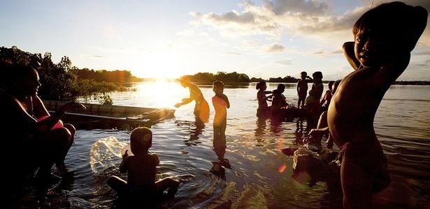 Índios nadam no rio Xingu; o diretor James Cameron diz que viagem à Amazônia o incentiva a agir contra a destruição do meio ambiente que ameaça grupos indígenas em todo o mundo