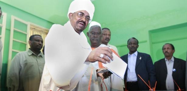 O tirano Omar al-Bashir, chefe do Estado sudanês, deposita seu voto em urna de Darfur