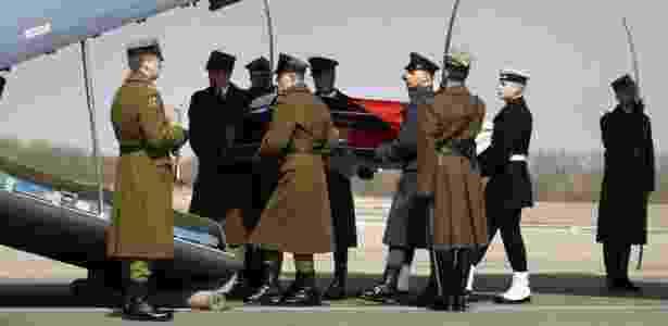 Guardas de honra transportam o caixão de Kaczynski no aeroporto de Smolensk, na Rússia.  - Mikhail Metzel/AP