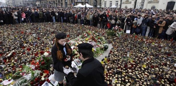 Pessoas acendem velas em frente ao Palácio Presidencialda Varsóvia, Polônia.O presidente polonês Lech Kaczynski, morreu em um acidente de avião.