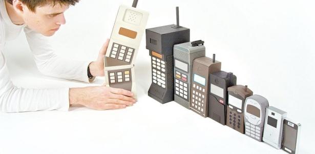 """A obra """"Mobile Evolution"""" (evolução móvel), do inglês Kyle Bean, representa a evolução dos telefones celulares ao estilo das bonecas russas que ficam umas dentro das outras"""