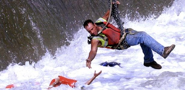 Homem tenta resgatar mulher que caiu no rio Des Moines, no Estado de Iowa, nos EUA; com esta imagem, Mary Chind recebeu o prêmio Pulitzer na categoria furo de reportagem fotográfica