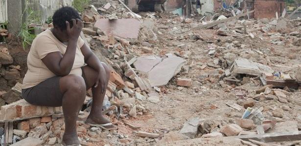 Moradora do morro do Urubu observa desolada a demolição de casas em área de risco