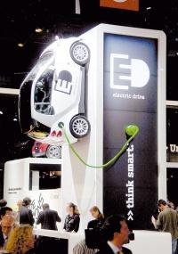 O smart fortwo, com baterias de lítio, é exposto em estande no Salão Internacional do Automóvel de Paris, na França