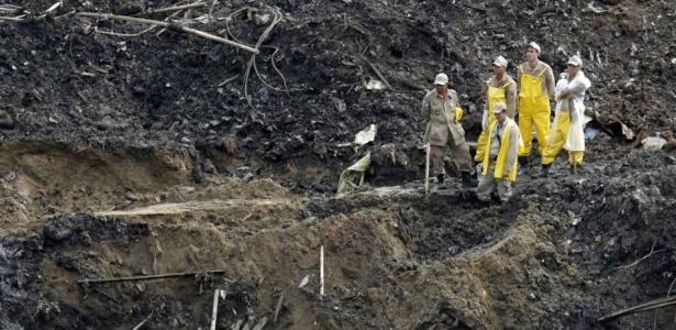 Equipe de resgate faz uma pausa no trabalho de busca no morro do Bumba, em Niterói (RJ)