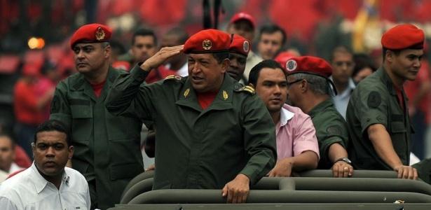 Hugo Chávez desfila em comemoração aos 8 anos de seu retorno ao poder, depois do golpe de Estado que, em abril de 2002, o manteve fora da presidência por 48 hora