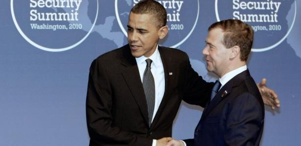 O presidente dos Estados Unidos, Barack Obama, cumprimenta o presidente russo, Dmitry Medvedev, no início da cúpula de segurança nuclear que termina nesta terça-feira (13), em Washington (EUA)