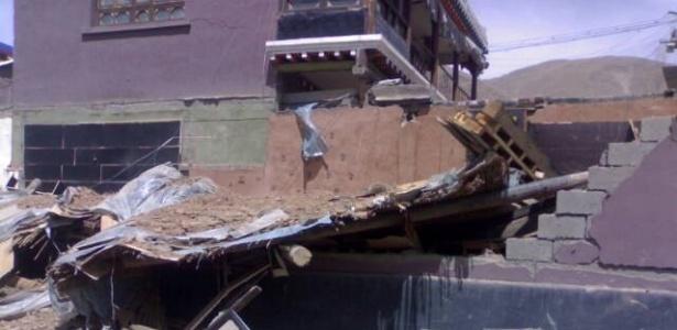 Foto tirada por celular mostra prédio destruído pelo terremoto em Yushu, uma das cidades mais abaladas pelos tremores na China