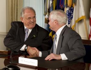 Ministro da Defesa do Brasil, Nelson Jobim (esq.), e secretário de Defesa dos Estados Unidos, Robert Gates, após assinatura de acordo de cooperação, em 12 de abril, em Washington (EUA)