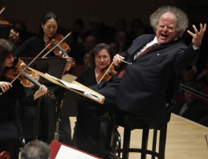 O maestro James Levine, que enfrenta problemas de saúde, durante um concerto em Nova York