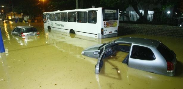 Carros alagados devido ao transbordamento do rio Cascão na Rua das Araras, em Salvador. Muitos motoristas tiveram que abandonar seus carros na enchente; veja mais imagens