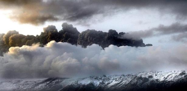 Coluna de fumaça é vista no local do vulcão em erupção localizado na geleira Eyjafjallajokull