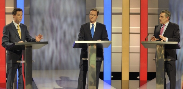 Da esquerda para a direita, o liberal democrata Nick Clegg, o conservador David Cameron e o primeiro-ministro, o trabalhista Gordon Brown, durante o 1º debate televisionado no Reino Unido