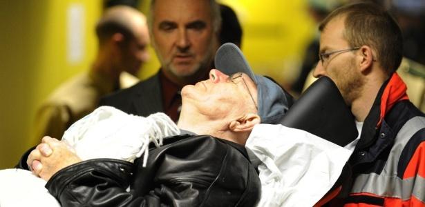 Deitado em uma maca, John Demjanjuk, 89, de origem ucraniana, deixa corte no primeiro dia do seu julgamento, na Alemanha. Ele é acusado de cumplicidade na morte de quase 28 mil judeus por ter sido guarda em um campo de concentração nazista