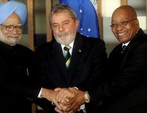 O primeiro-ministro da Índia, Manmohan Singh (esquerda), o presidente Luiz Inácio Lula da Silva e o presidente da África do Sul, Jacob Zuma, posam para a foto oficial da cúpula do Ibas
