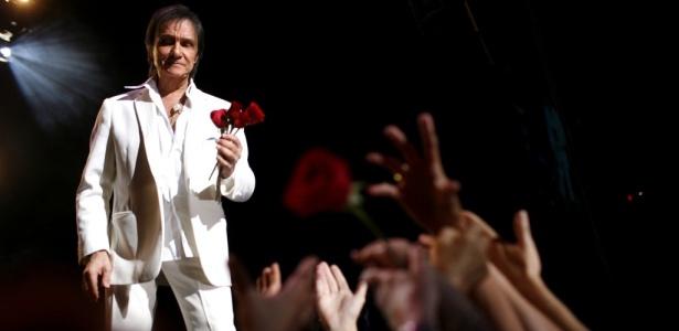 O rei Roberto Carlos joga rosas ao público após sua performance no American Airlines Arena de Miami, no último dia 10 de abril de 2010, em show de comemoração dos seus cinquenta anos de carreira