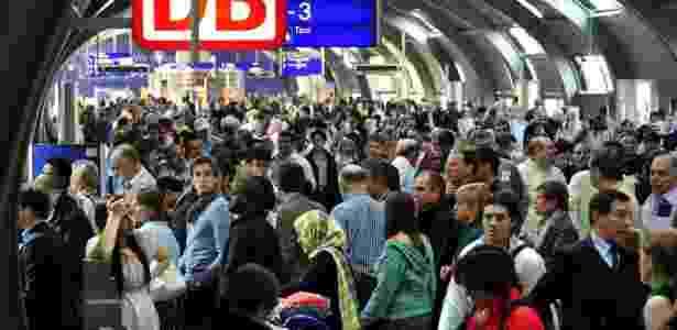 Passageiros lotam balcão para venda de bilhetes de trem no aeroporto de Frankfurt - AFP