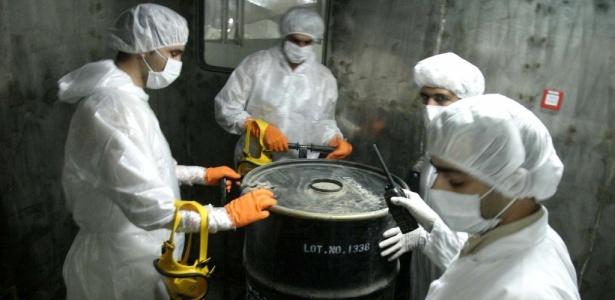 Técnicos iranianos manuseiam barril de 'yellow cake' (urânio ainda não enriquecido) na usina de Isfahan, a 420 km de Teerã, capital do país