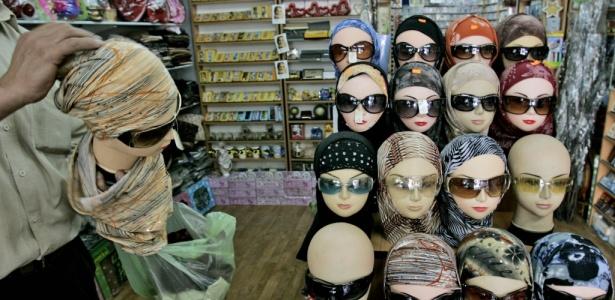 Vendedor arruma manequins com óculos de sol na cidade palestina de Ramala