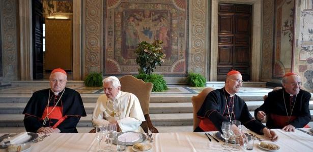 O papa (de branco) durante um almoço oferecido por cardeais que vivem em Roma para comemorar o quinto aniversário do pontificado de Bento 16