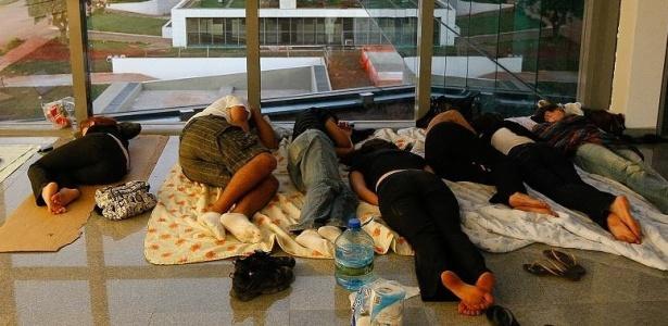 Estudantes dormem nos corredores da nova Câmara Legislativa do DF; veja mais fotos