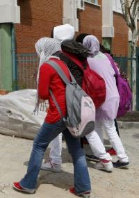Estudantes espanholas vão à escola com a cabeça coberta em protesto contra a decisão que proíbe uma colega de assistir às aulas vestindo o hijab