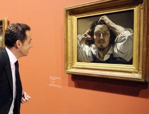 "O presidente francês Nicolas Sarkozy observa a tela ""O Desesperado"", auto-retrato do pintor Gustave Courbet (1819-1877), no museu Grand Palais, na capital francesa"